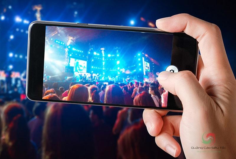 Streaming cho phép người dùng phát trực tiếp âm thanh và hình ảnh trong thời gian thực