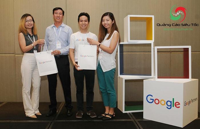 Chuyên Gia Võ Tuấn Hải nhận quà từ google partner