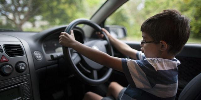 Mới 8 Tuổi, Cậu Bé Đã Lái Được Ô-tô Nhờ Video Trên Youtube