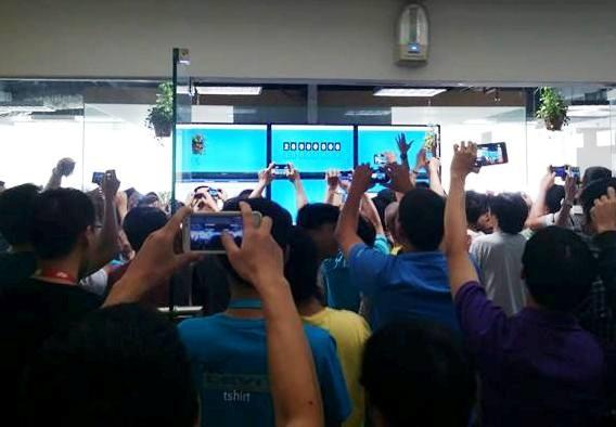 Nhân viên VNG chụp lại hình Zalo đạt 20 triệu lượt người sử dụng Zalo